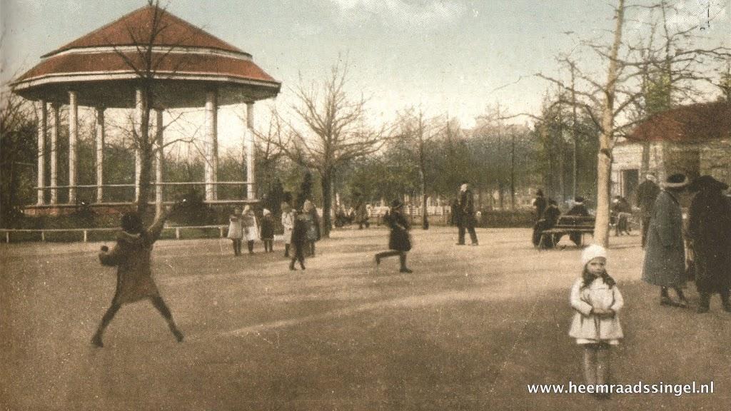 De in 1913 geplaatste muziektent op het Heemraadsplein, gezien uit het zuidwesten (1915).